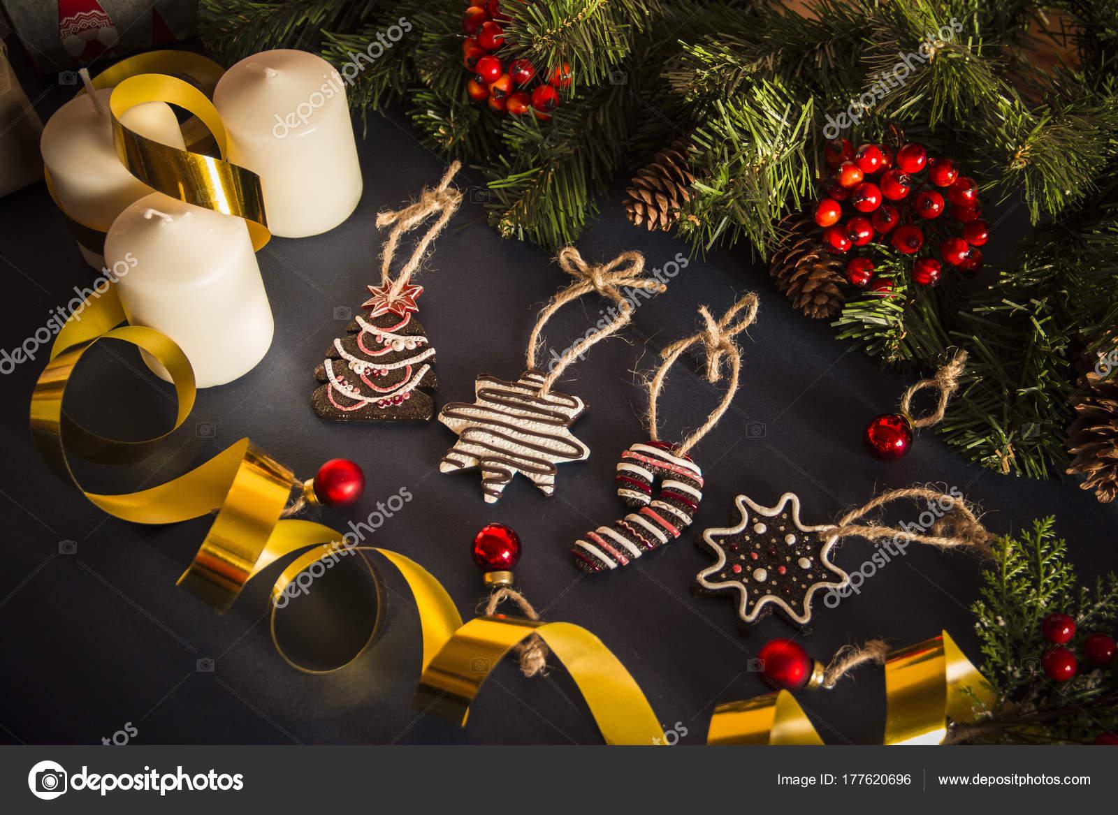 Schmuck Weihnachten.Weihnachten Stillleben Mit Kerzen Geschenke Und Schmuck Stockfoto