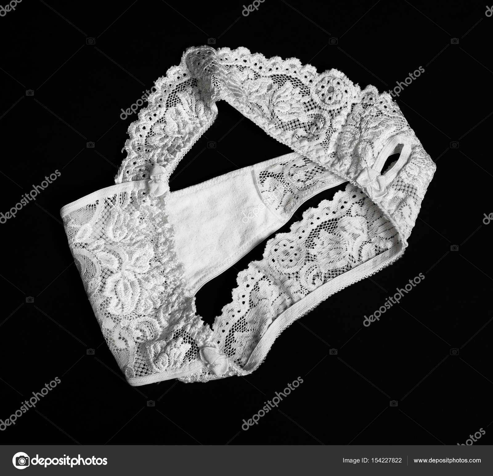 f05cd9ab4 Calcinha de renda branca sobre fundo preto — Foto de igorkovalcuk