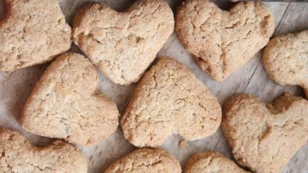 soubory cookie srdce na dřevěné hnědé pozadí, Valentýna nápad