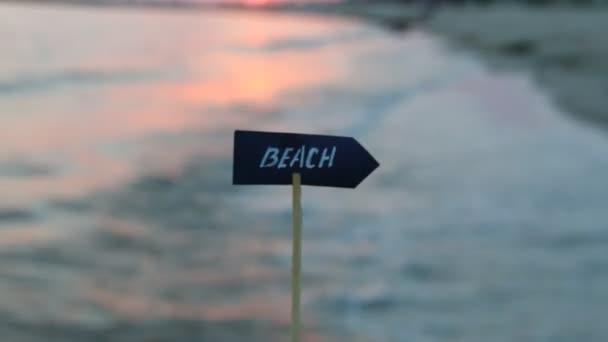 Dovolenou nebo prázdniny nápad - znamení beach a sunset