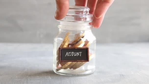 Monete, testo e idea di risparmio finanziario di conto corrente bancario