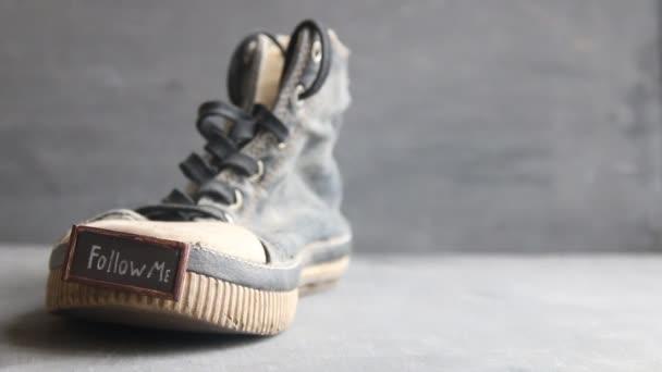 Seguimi etichetta per social network e Sneakers Vintage