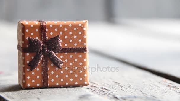 Dárková krabička s mašlí na staré tabulky. Vánoční pozadí.