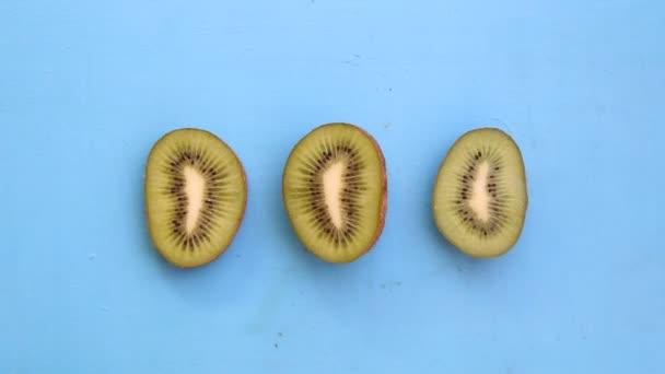 A kék háttér, ízletes vegetáriánus ételek kivire