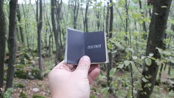 Idee entdecken. Hand hält ein Buch mit der Inschrift
