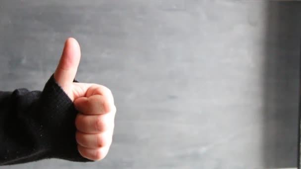 mužské ruky ukazuje palec nahoru znamení šedém pozadí
