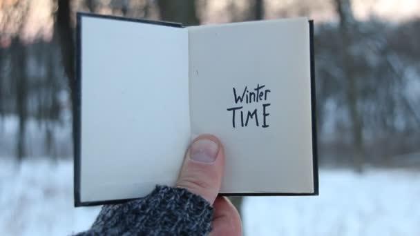 Zimní čas. Kniha a rukopisné písmo.