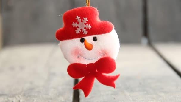 Zimní koncept. Sněhulák hračka na šedém pozadí.