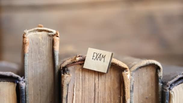Pojem zkouška, retro styl, knihy a značky