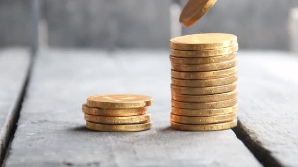 bankovní myšlenku, ruka drží zlaté mince