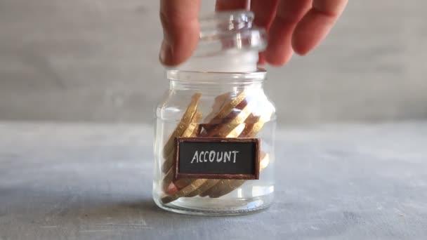 Bankszámla banki pénzügyi megtakarítások ötlet. Üvegedénybe aranyat.