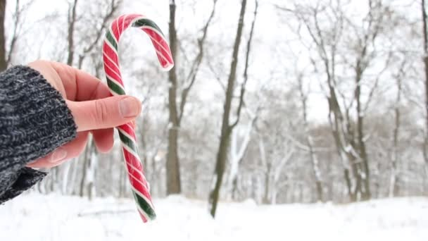 Candy cane a kezében. Karácsonyi táj. Másolja a hely
