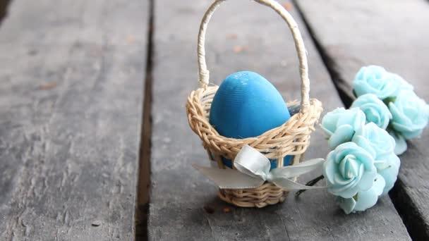 Húsvéti tojás húsvéti tojás a kosár, a rusztikus asztal