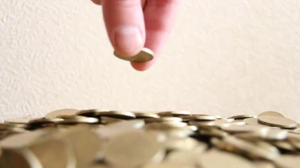 mužské ruky uvedení mince
