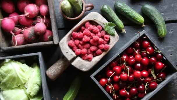 Zdravé jídlo, jídlo, diety a vegetariánské pojetí. Plody a zelenina na stole.