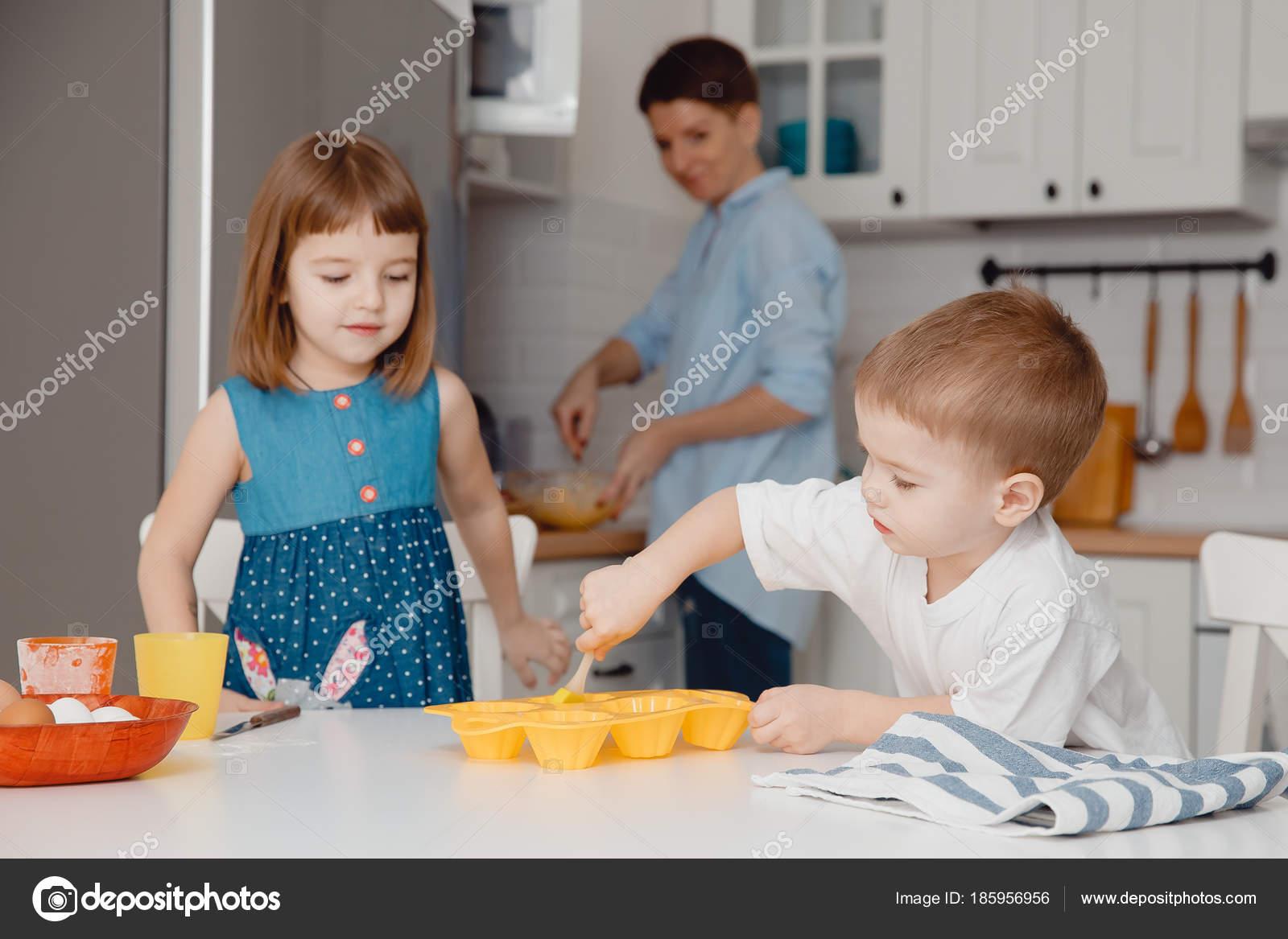 Niños Pequeños De Cocina U2014 Fotos De Stock