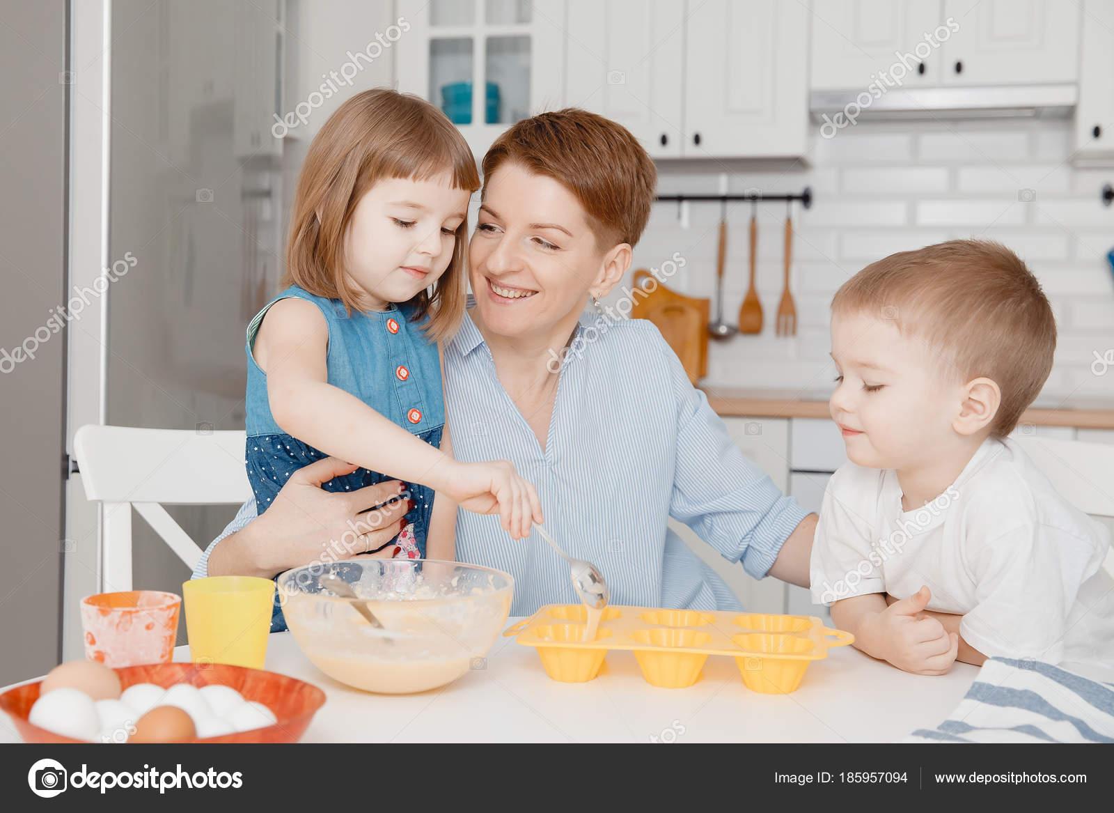 Niños Felices Con Mamá, La Sonrisa, Llenar Los Moldes De Magdalena Con Un  Bateador. Elaboración De Concepto Para La Pascua   Cocinar Con Niños  Pequeños ...