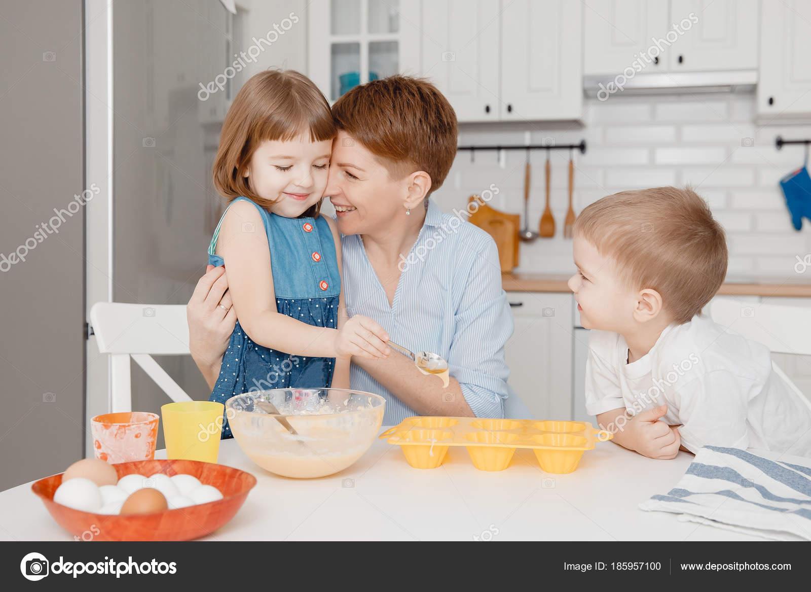 Good Niños Felices Con Mamá, La Sonrisa, Llenar Los Moldes De Magdalena Con Un  Bateador. Elaboración De Concepto Para La Pascua   Cocinar Con Niños  Pequeños ...