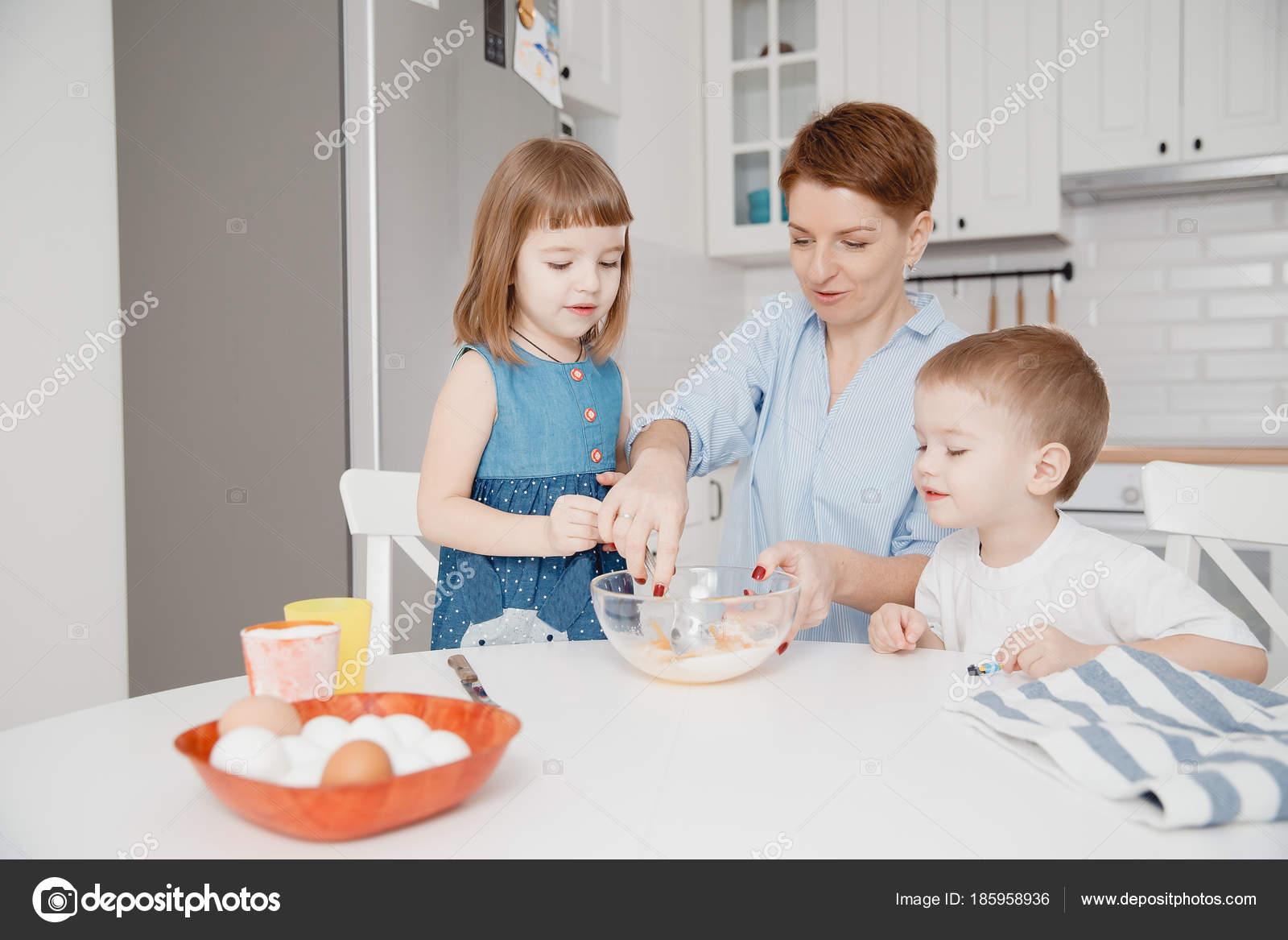Niños Pequeños De Cocina U2014 Foto De Stock