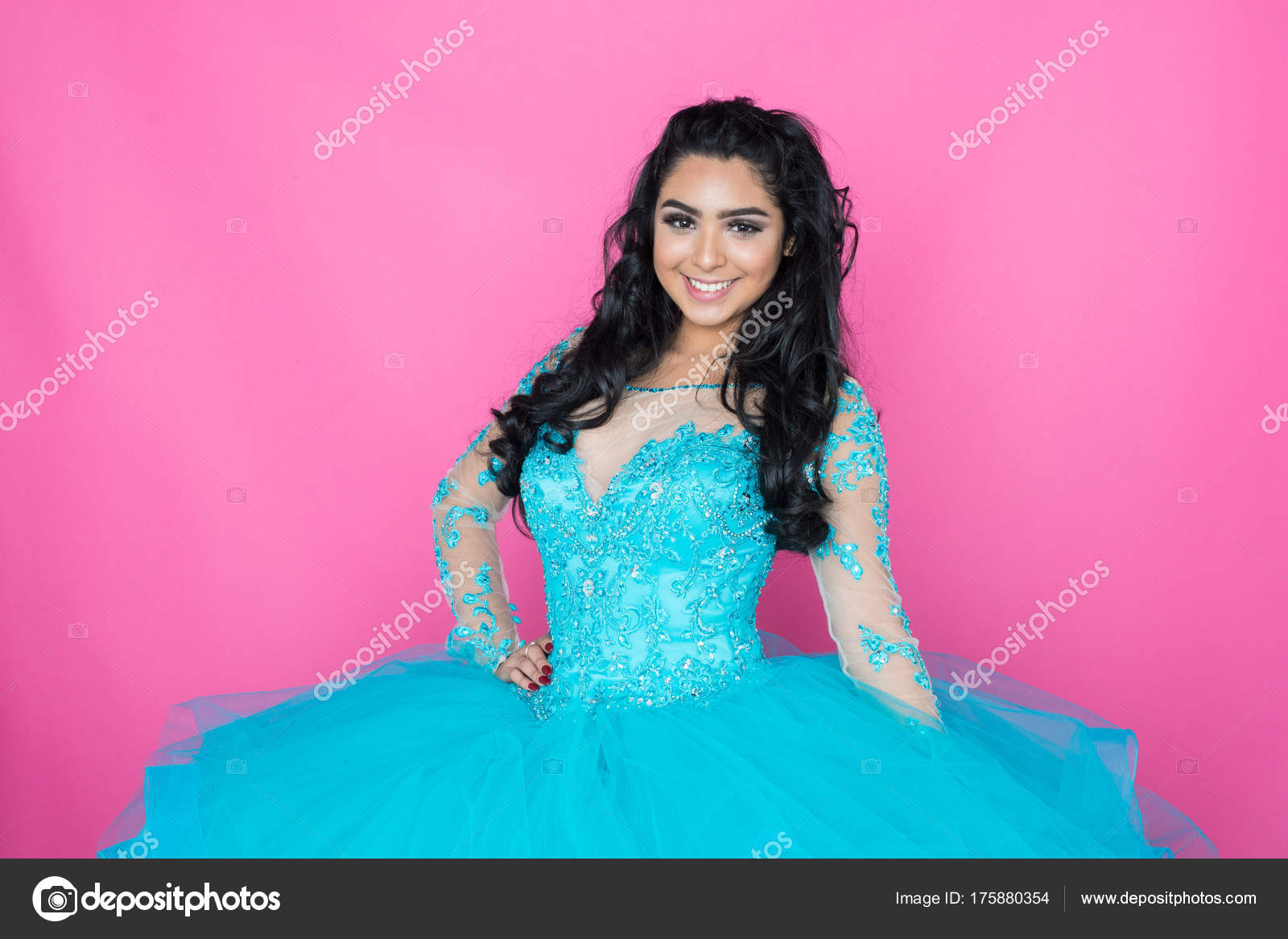 Teen en vestido de fiesta — Foto de stock © rmarmion #175880354