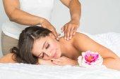 žena dostává masáž