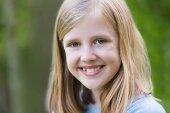 Portré a mosolygó előre tini lány a szabadban