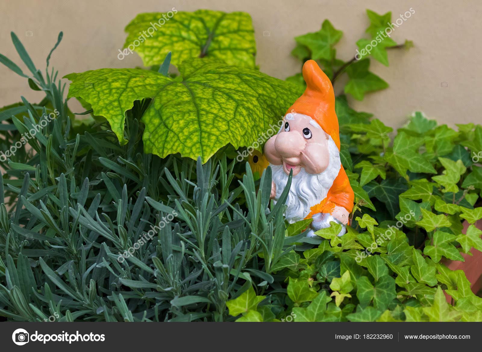 Nain nain de jardin avec un chapeau pointu de barbe blanche ...
