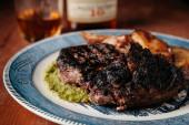 gegrilltes Ribeye Steak mit Kartoffeln auf einem Vintage-Teller