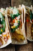 Fotografie Frühstück Tacos mit Eiern, Avocado und frisch geschnittenem Gemüse