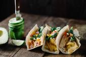 Fotografie Frühstückstacos mit Eiern, Avocado und frisch geschnittenem Gemüse