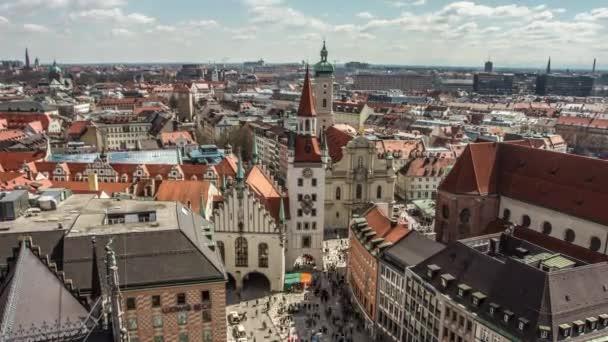 Zeitraffer mit schönem Blick auf die Stadt München und den Uhrturm der Peterskirche bei Tag. München