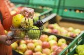 Jablka a hrušky v obchodě