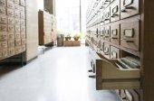Staré dřevěné zásuvky v archivu