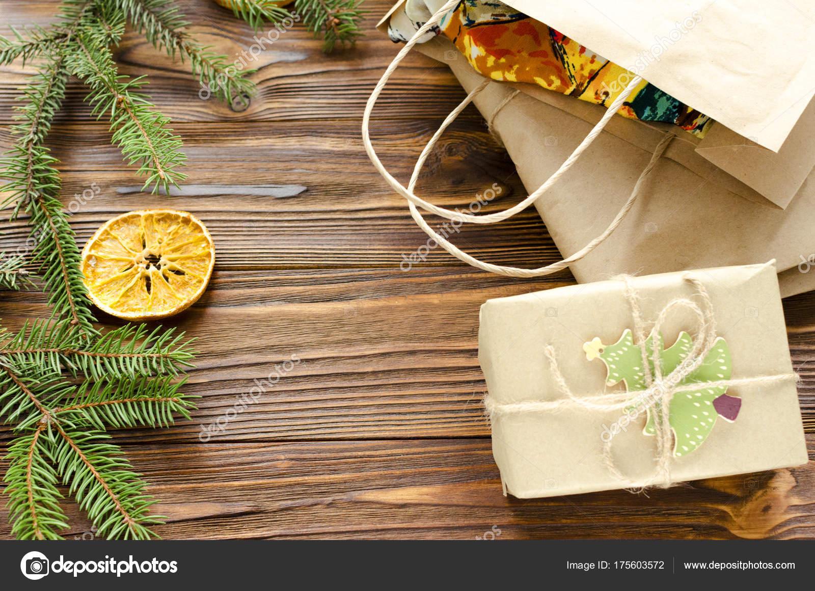 bo te kraft sac papier cadeau sur table bois d cor sapin photographie 2fotostock. Black Bedroom Furniture Sets. Home Design Ideas