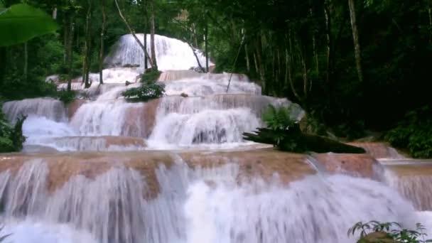 Příroda vodopád Maekae v Thamphatai národním parku, Lampang, horský lesní vodopád Krajina