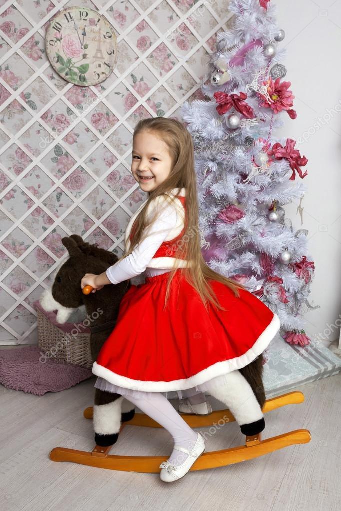 2ba1e3fa92 A karácsonyi kislány ruha, játék ló. Karácsonyi és újévi koncepció — Fotó  szerzőtől ...