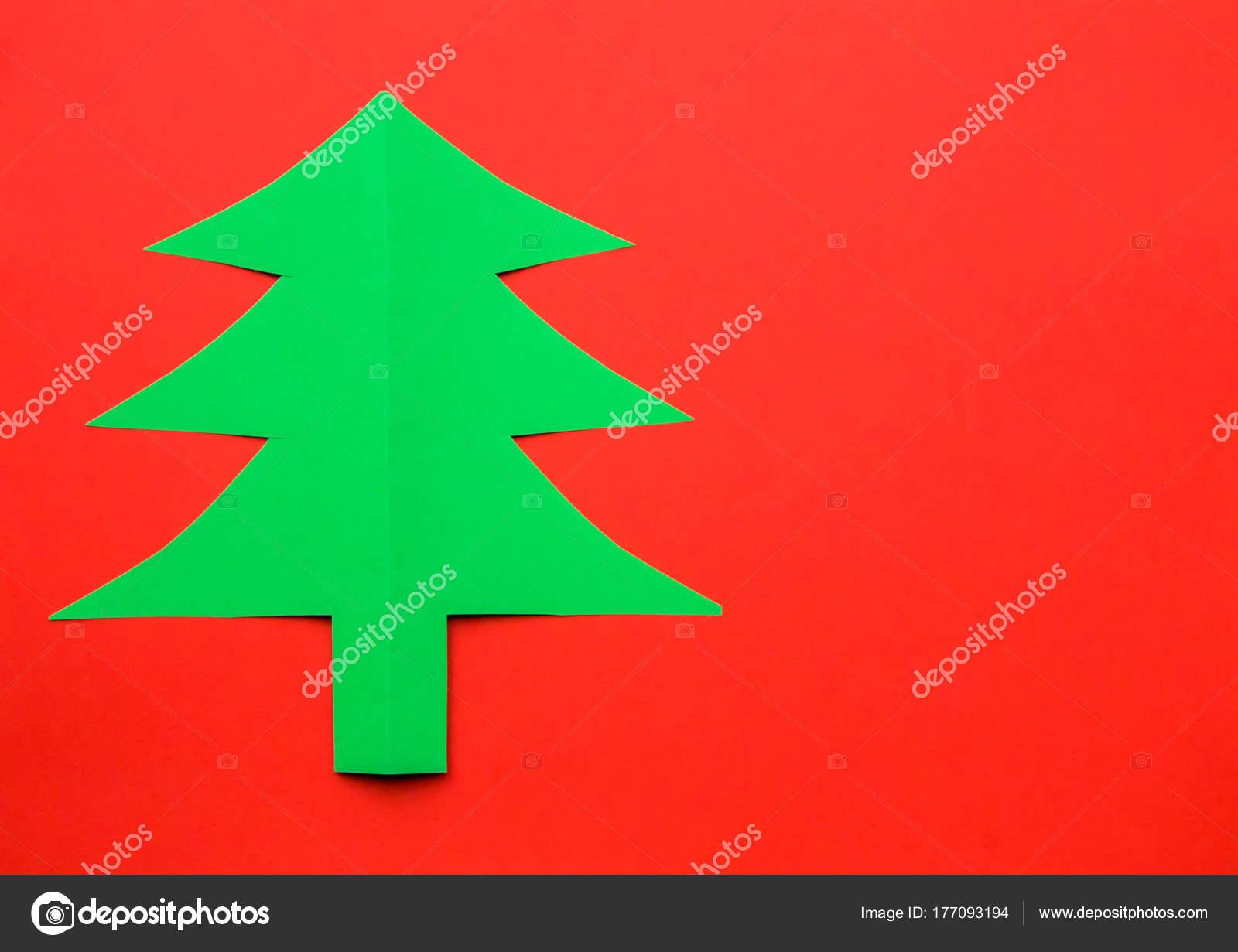 Árbol de Navidad de papel coloreado de verde en un backgrou rojo ...