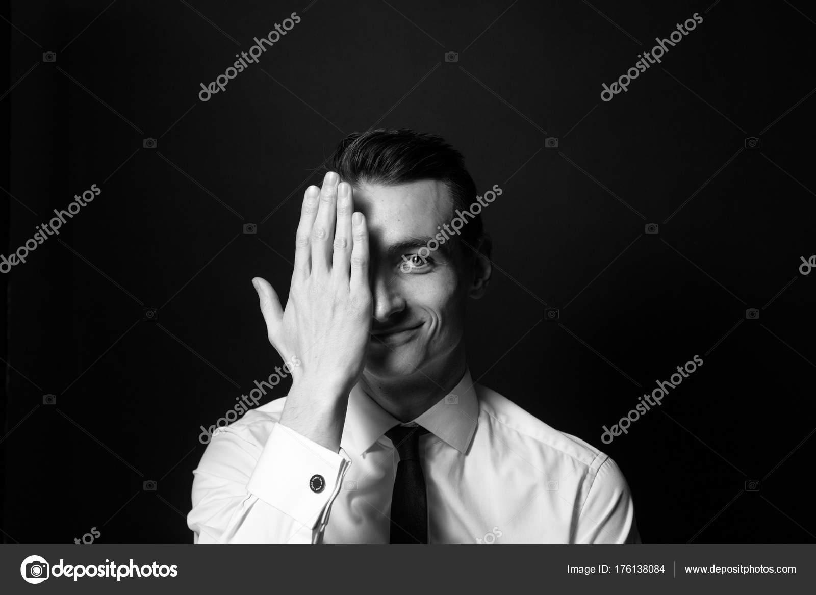 cedda6aef7a5 Schwarz Weiß Porträt Eines Jungen Mannes Ein Weißes Hemd Und — Stockfoto