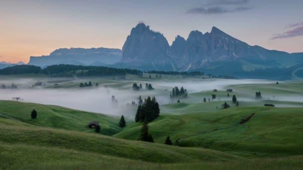 4K Zeitraffer des Sonnenaufgangs von der Seiser Alm, Dolomiten, Italien