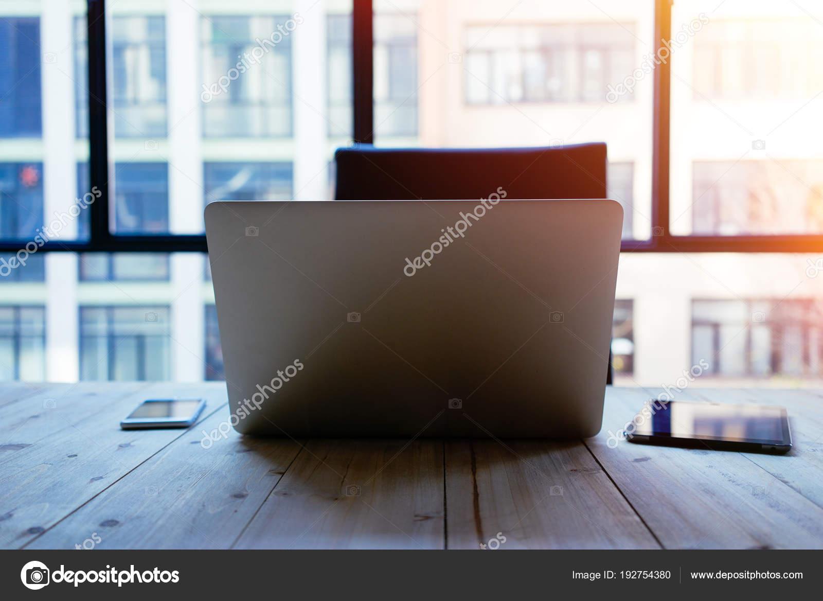 Espace travail affaires avec portable ouvert sur bureau bois