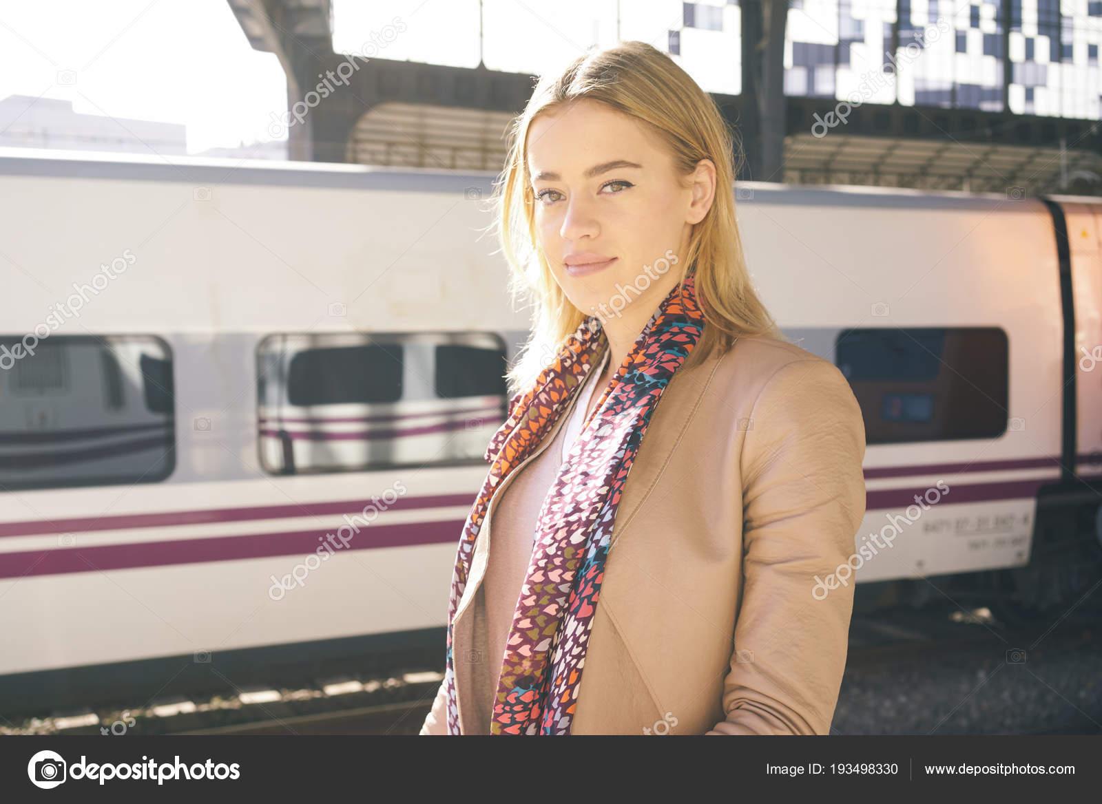 video-domashnee-zrelaya-blondinka-v-lifte-seksualnoe-domogatelstvo-yaponki