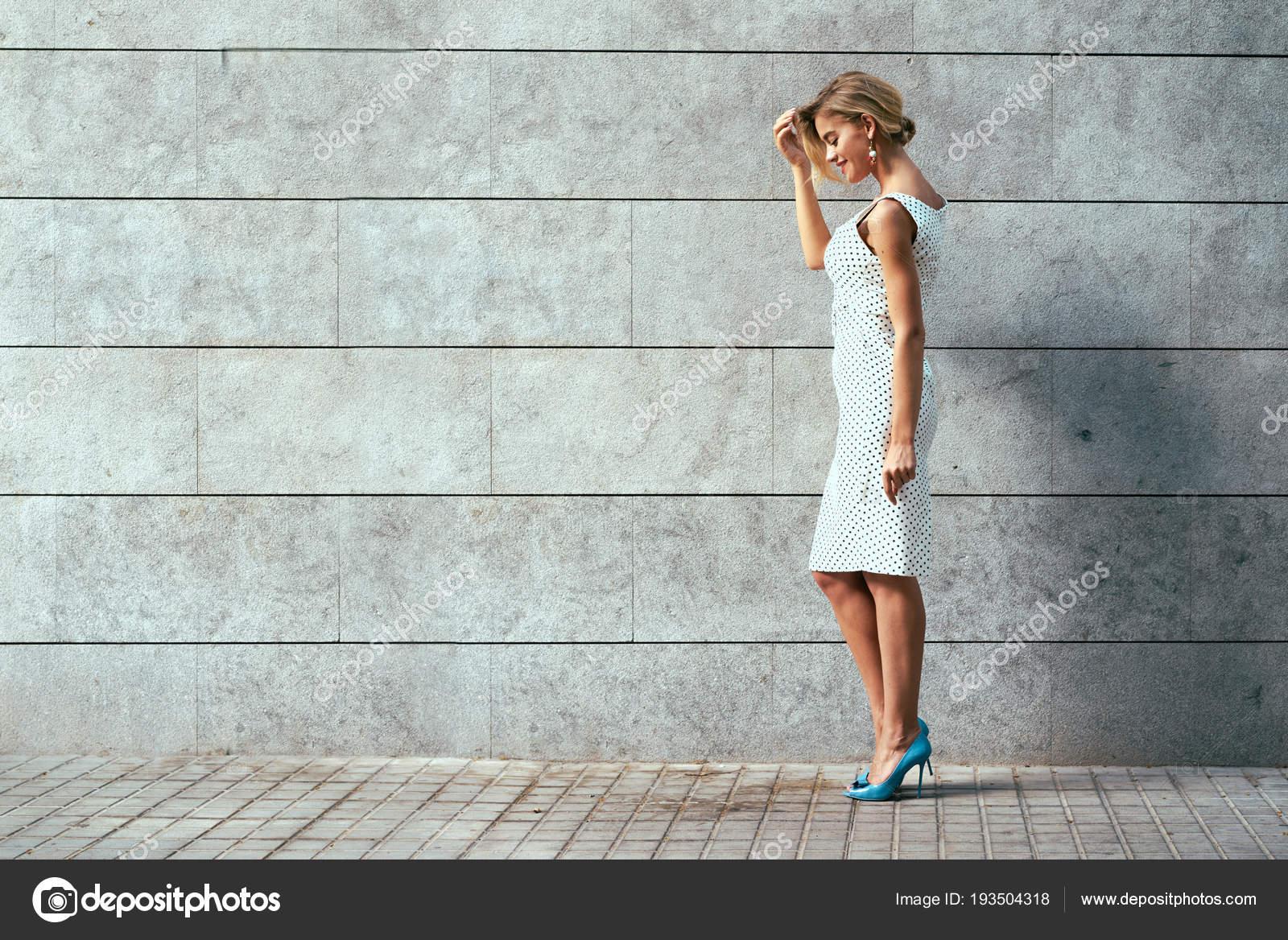 9a1c28242c5a Όμορφη Ξανθιά Γυναίκα Στο Λευκό Κοντό Φόρεμα Μαύρο Πουά Και — Φωτογραφία  Αρχείου