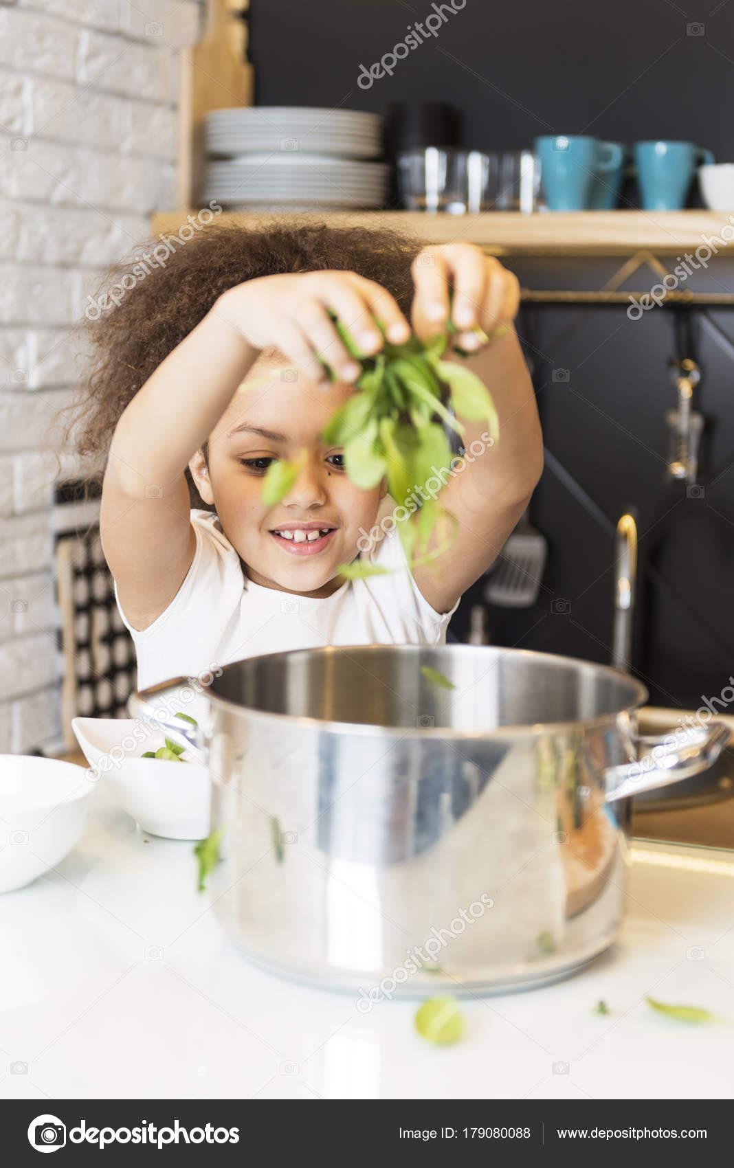 Bella Ragazza Afro Americana Cucina — Foto Stock © TijanaM #179080088