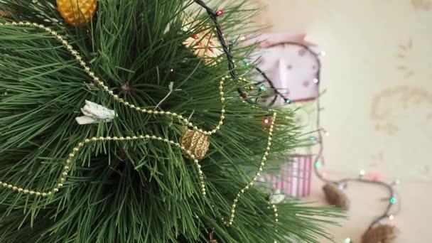 Muž zdobí vánoční strom.
