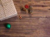 Vintage dárkové krabičky, jedle Kavkazská s vánoční hračky na dřevo pozadí kopírovat prostor pro text.
