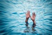 Utopení oběti, ruka utonutí muže, kteří potřebují pomoc