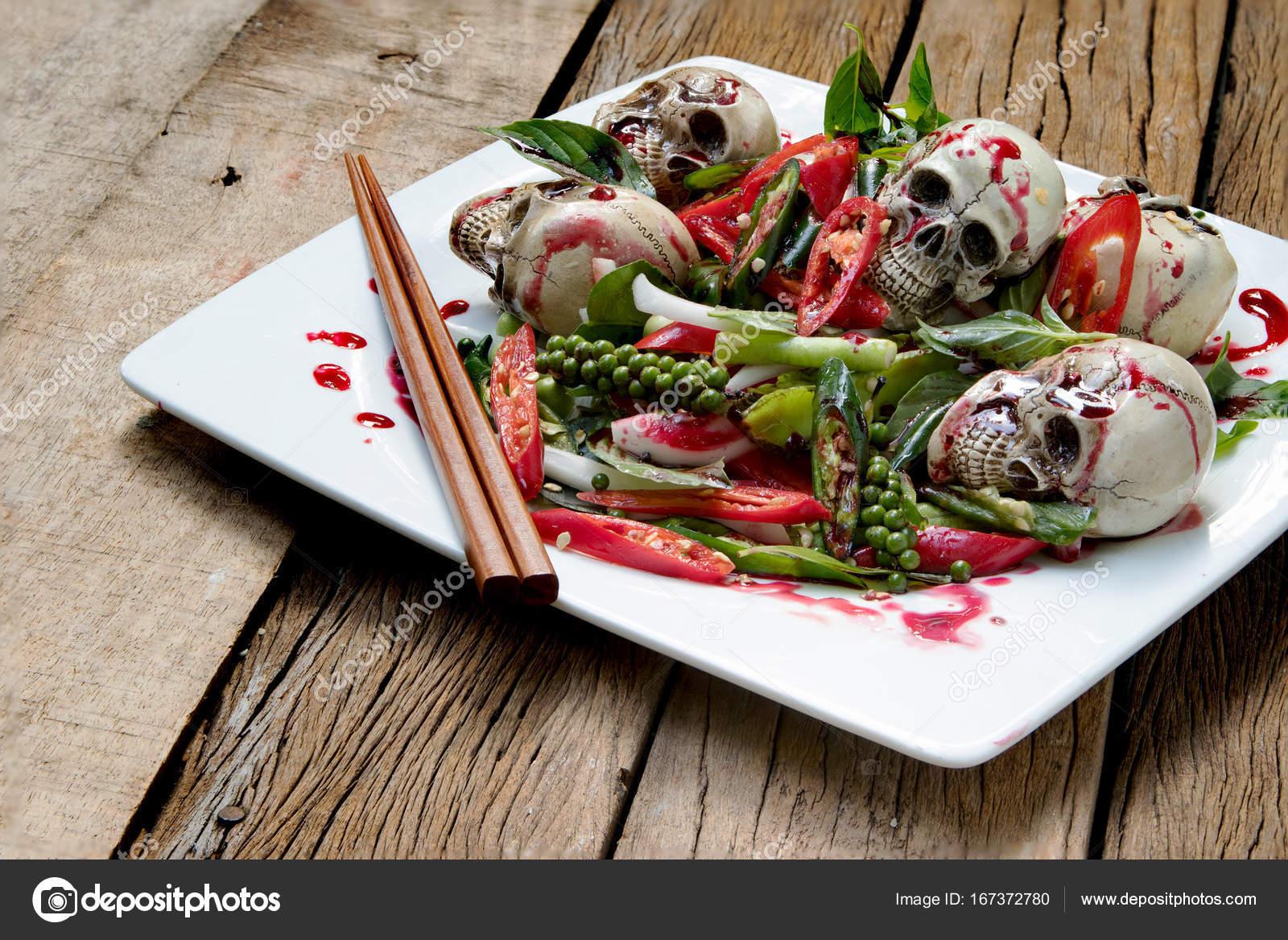 Würziger Salat Schädel mit Chili und Blut für die Halloween-Nacht ...