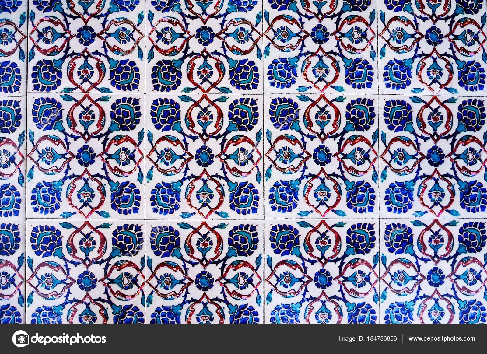 Bella superficie del tavolo realizzato con piastrelle d epoca