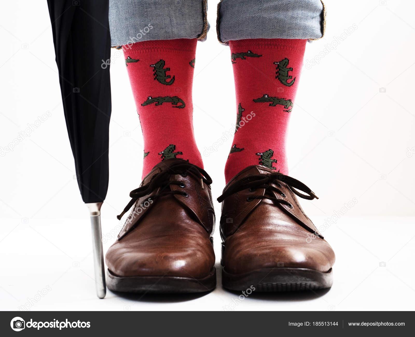 Herren Beine In Hellen Socken Und Stilvolle Schuhe Stockfoto