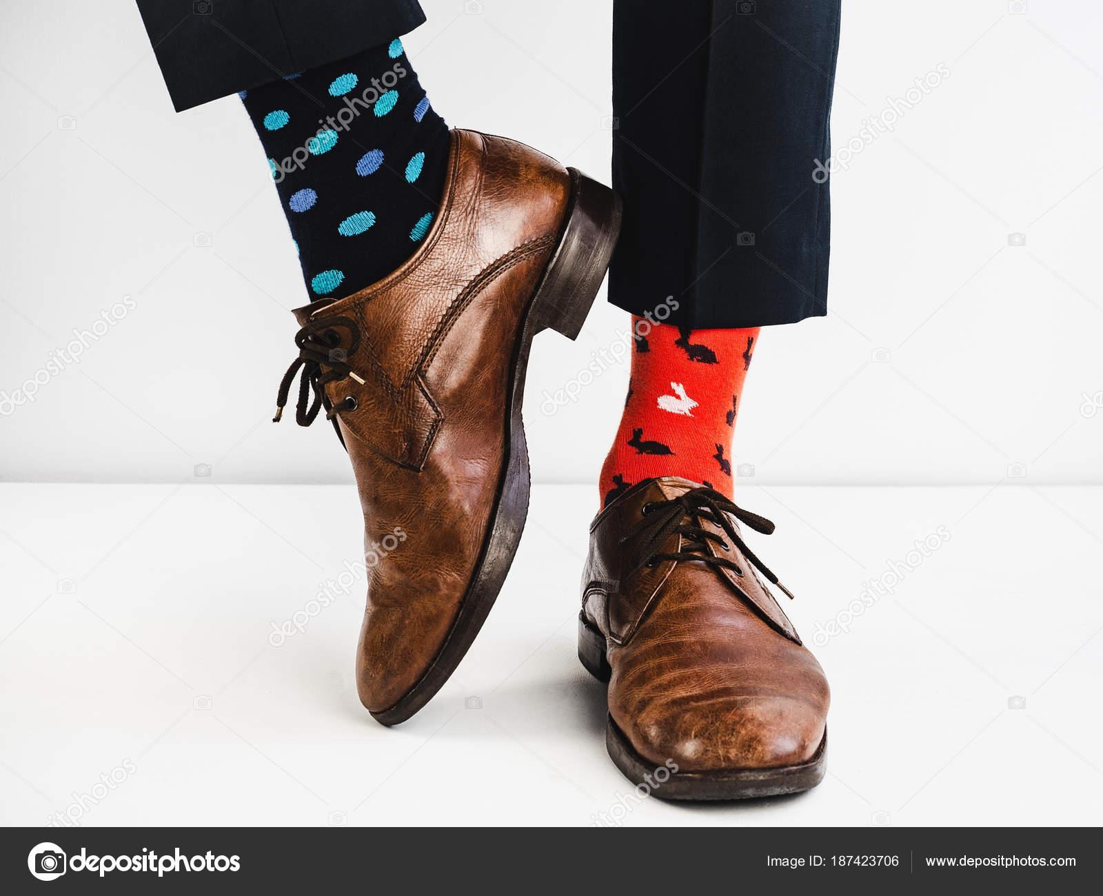 8d404d5a Gerente de oficina en zapatos elegantes, pantalón azul y medias brillantes  y coloridas sobre fondo blanco. Estilo de vida, moda, diversión — Foto de  ...